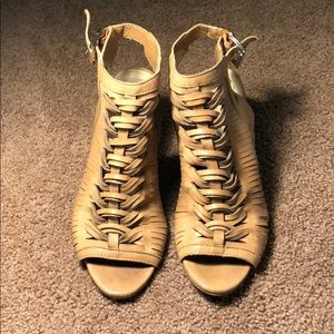 Vince Camuto emore leather sandal is 9.5